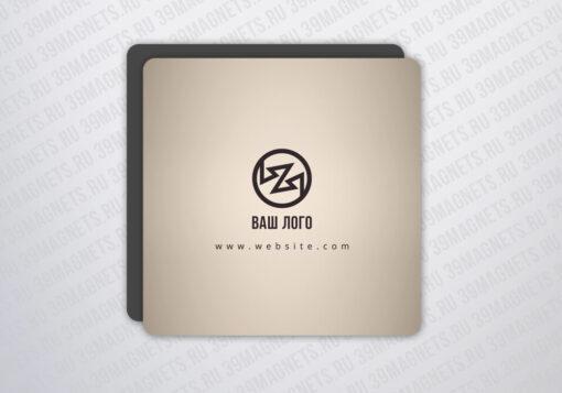 Виниловый фирменный магнит 7.5*7.5 см.