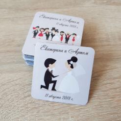 Виниловый свадебный магнит жених стоит на колене перед невестой