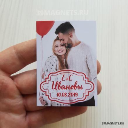 Свадебный магнит с фото, фамилией и инициалами в красном цвете